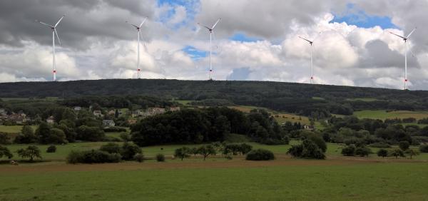 Blick vom Modellflugplatz auf den Wenzelstein mit Windrädern
