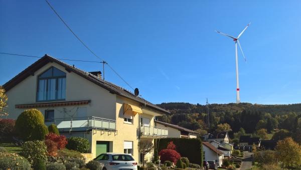 """Blick von """"In der Schleid"""" auf den Wenzelstein mit Windrad"""